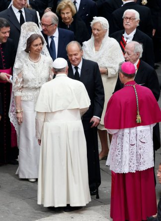 Dignitaries including Spain's King Carlos and Queen Sofia and Belgium's King Albert II and Queen Paola meet Pope Francis after the canonisation ceremony at the Vatican, April 27, 2014. Pope John XXIII, who reigned from 1958 to1963 and called the modernising Second Vatican Council, and Pope John Paul II, who reigned for nearly 27 years before his death in 2005 and whose trips around the world made him the most visible pope in history, were declared saints by Pope Francis at an unprecedented twin canonisation on Sunday. REUTERS/Alessandro Bianchi (VATICAN - Tags: RELIGION ROYALS POLITICS)
